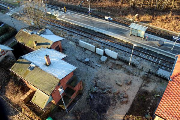 2016-12: Gaststättengebäude links und Zugang zum Bahnsteig mit Wartehäusen (Aufnahme. Dr. Richard Vogel, Zernsdorf)