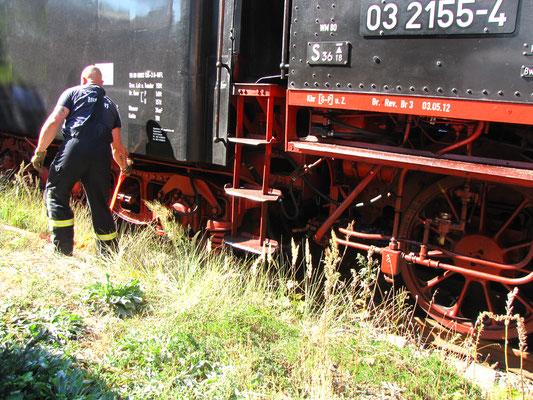 Die Feuerwehr versorgt die Lok mit Wasser
