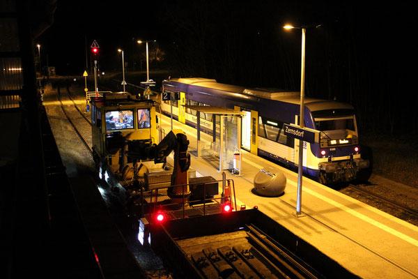 08.04.2018: NEB 005 und GKW 302 mit Bauzug um 23:22 Uhr