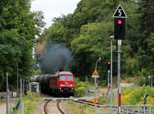 """18.08.2015: Der Kesselwagenzug """"dampft"""" mit LEG-Lok 232 416 nach Kablow"""