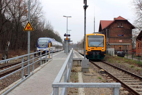 03.12.2014: NEB-Talent 0011 und Regio-Shuttle 77 der ODEG kreuzen in Zernsdorf kurz vor der Betriebsübernahme der NEB