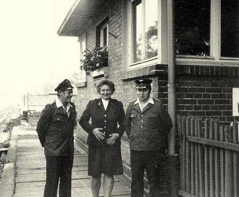 1974: Personal der Brigade Bh Zernsdorf vor dem Stellwerk