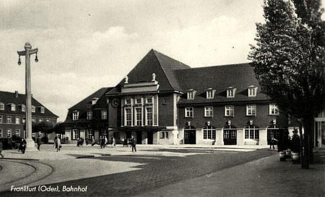 1955: Das in den 1920er Jahren errichtete neue Empfangsgebäude in Frankfurt (Oder)