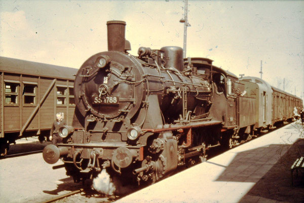 Um 1960: Lok 55 1788 vor Zug aus Behelfs-Personenwagen