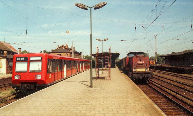 Mittelbahnsteig KW mit S-Bahn und 202 600 am 06.08.1992