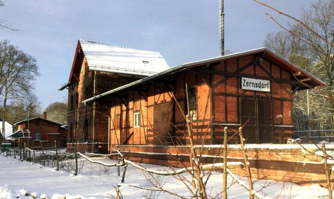 Das Bahnhofsgebäude, im Hintergrund die ehemalige Gaststätte