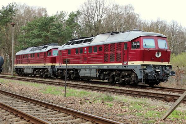 """""""Bw Kablow"""" mit LEG Loks 132 109 und 132 158, die auf die Entladung ihrer Kesselwagenzüge warten, 07.04.2016"""