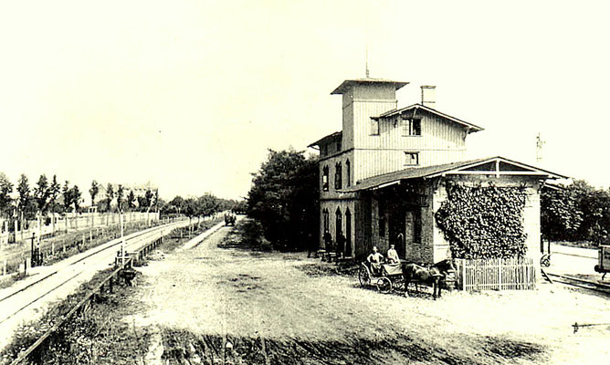1875: Bahnhof Marienfelde, links die Gleise der Militäreisenbahn