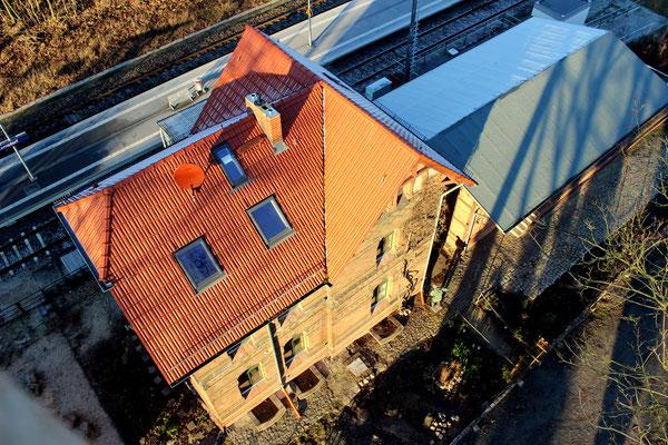 2016-12: Bahnhofsgebäude mit Güterschuppen von oben gesehen (Aufnahme: Dr. Richard Vogel, Zernsdorf)