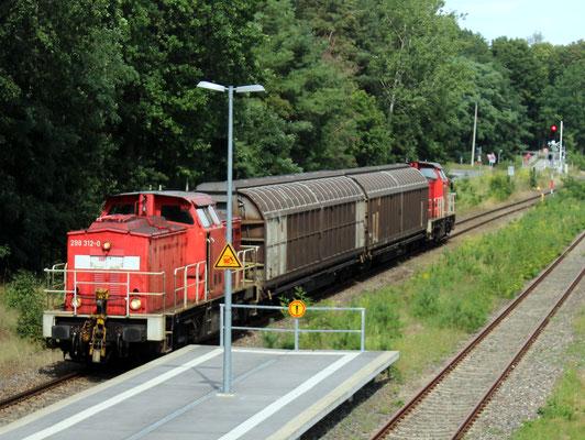 06.08.2019: Ausnahmsweise fährt der Beeskower Güterzug am Tage, 298 312 schleppt zwei Schiebewandwagen samt defekter 298 322 Richtung KW.
