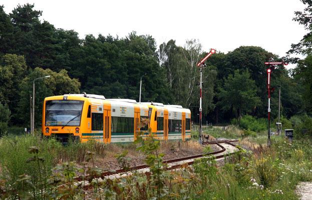 13.07.2013: Der gleiche Zug bei Ausfahrt Richtung Frankfurt, beide Gleise sind noch durch Formsignale abgesichert.