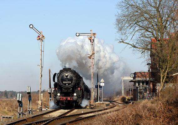 52 8177 bei Ausfahrt Friedersdorf mit Sonderzug, 7.4.2013 (Aufnahme A. Kolodziej, Berlin)