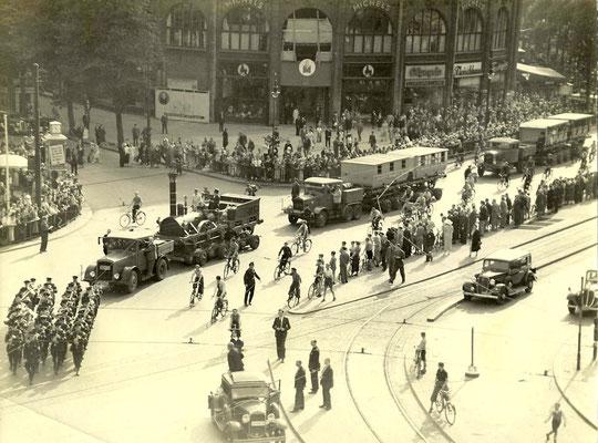 Strassentransport von Adler und Wagen in Berlin