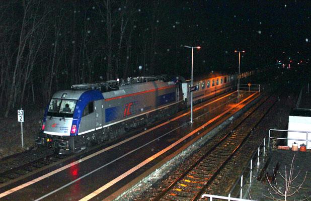 28.01.2019: Umleiterzug Berlin-Warschau-Express (EC 47) beim Betriebshalt in Zernsdorf. Zugloks sind zwei DB 218, am Zugschluß läuft PKP 370 010 mit.