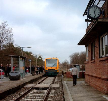 08.12.2004: Betriebsaufnahme der OEDG mit Sonderzug aus drei Regio-Shuttle Triebwagen von Königs-Wusterhausen nach Zernsdorf (Aufnahme: Margit Mach, Zernsdorf)