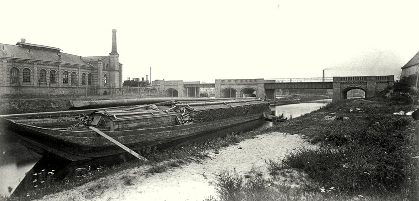 1869: Ausfahrt Berlin Görlitzer Bahnhof mit Brücke über den Landwehrkanal, links das Bahnbetriebswerk