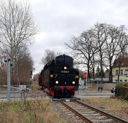 Lok 01 509 am Bahnübergang in Niederlehme, 29.11.2019 (Aufnahme: Olaf Matthes, Neuenhagen)