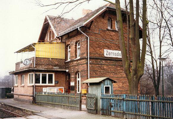 1983: Bahnhofsgebäude von Westen mit Sperrenhäuschen, Holzzaun, Stellwerk und Terrasse (Aufnahme: Schrobitz, Zernsdorf)