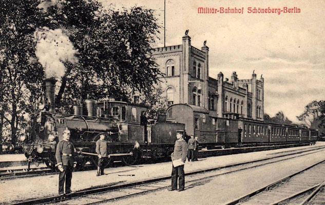 1900: Militärbahnhof Schöneberg mit P2-Lok Nummer 5 (BMAG Wildau, 1880) vor Personenzug Richtung Zossen (Postkarte)