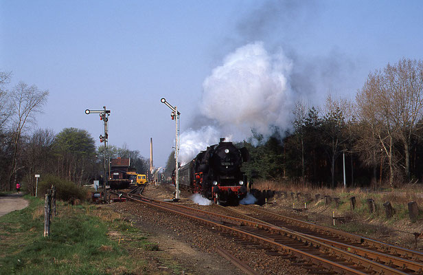 1994: Dampf-Sonderzug mit Lok 52 8134 bei Ausfahrt Richtung Beeskow