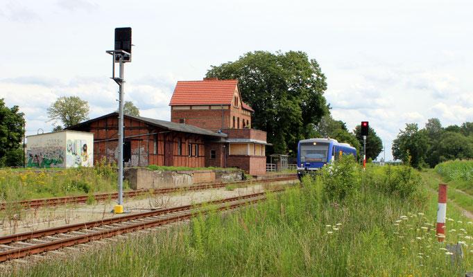 Bahnhof Friedersdorf mit VT 014 nach KW, 24.07.2017