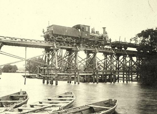 "1900: Übungsbrücke  am Schumka-See mit Lok Nummer 1 ""Moltke"" (BMAG 1874)"