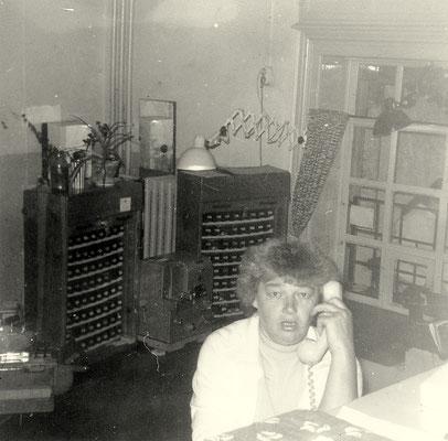1974: Haltepunktwärterin vor Fahrkartenschränken und Schalter