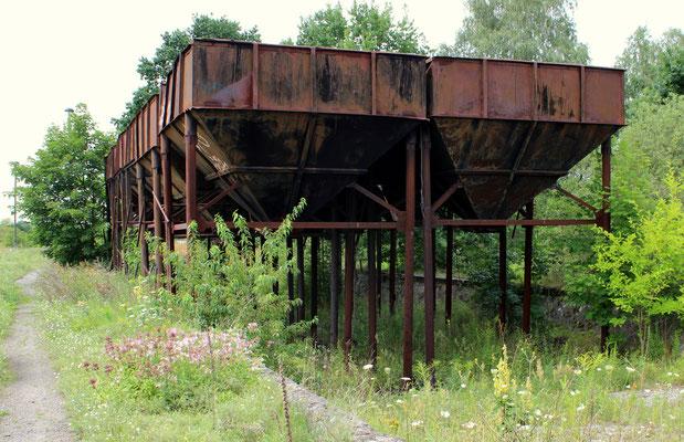 """Friedersdorf war zu DDR-Zeiten """"Kohlezentrum"""" mit Umladung per Portalkran von der Bahn in die Kohlebunker, hier die Reste der Bunker mit vertiefter LKW-Zufahrt, 24.07.2017"""
