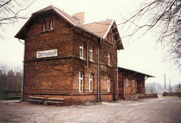 1983: Bahnhofsgebäude von der Strassenseite aus gesehen (Aufnahme: Schrobitz, Zernsdorf)