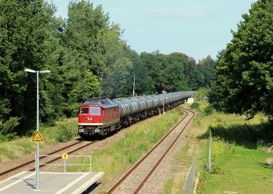 10.08.2017: Lok 232 238 der LEG zieht leeren Kesselwagenzug nach KW