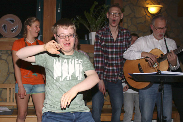 Voll in seinem Element: (Hard)rock-Fan Marcel Müller bei einer AC/DC-Tanzeinlage.