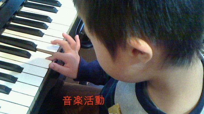 セラピストのピアノの音をそっくり真似して弾きます