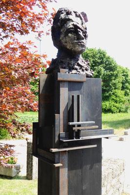 Köpfe, Höhe ca. 50 cm, ges. mit Stele ca. 230 cm