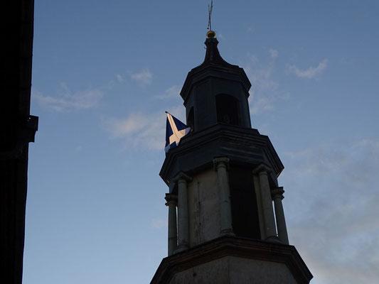Die schottische Flagge weht über dem Schloss