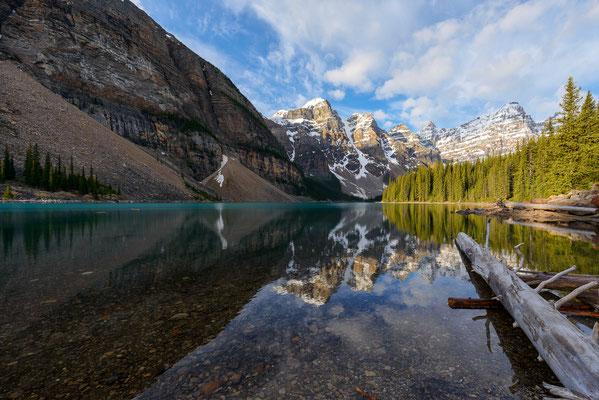 Berglandschaft spiegelt sich im Moraine Lake - Banff NP, Kanada
