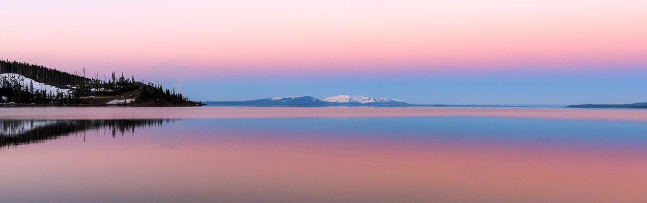 Die Morgenröte spiegelt sich im Yellowstone Lake - Yellowstone  NP, Wyoming