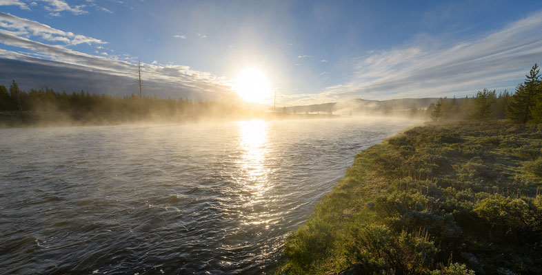 Sonnenaufgang am Madison River im Yellowstone National Park, Montana