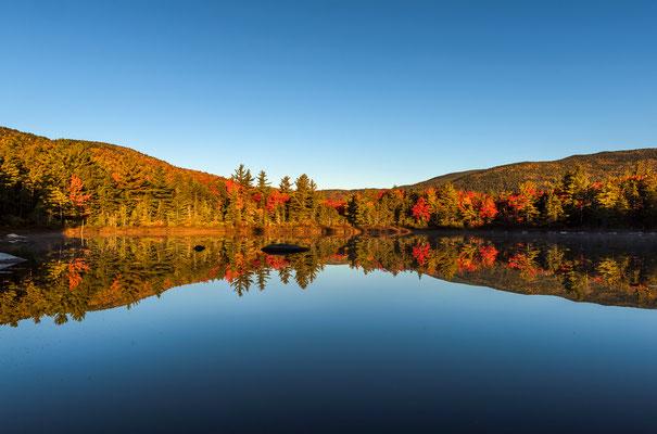 Reflektionen in einem See, morgens in den White Mountains, New Hampshire