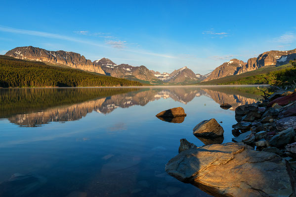 Eine wunderschöne Berglandschaft spiegelt sich im Sherburne Lake - Glacier NP, Montana