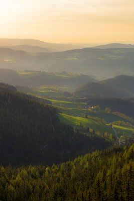 Sonnenaufgang in den Fischbacher Alpen im Frühling, Steiermark