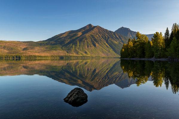Spiegelnde Berglandschaft am Lake McDonald - Glacier NP, Montana