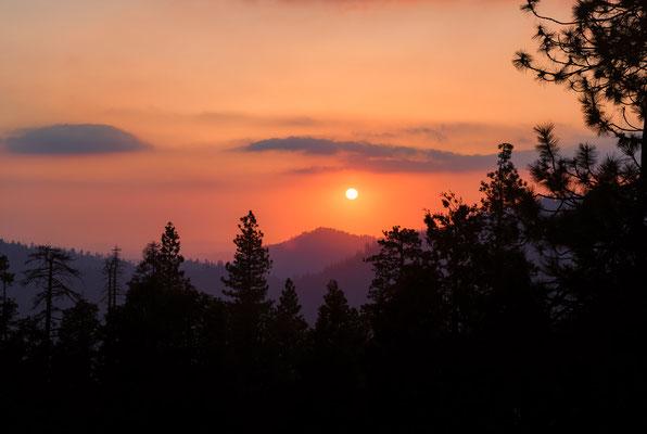 Herrlicher Sonnenuntergang über dem Sequoia NP, Kalifornien