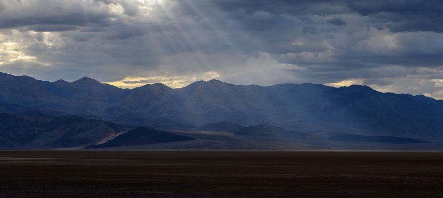 Lichtstrahlen erhellen das Death Valley, Kalifornien