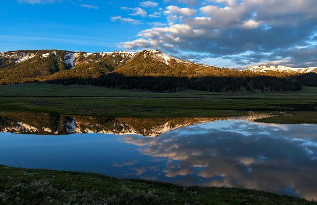 Berge spiegeln sich in einem Gewässer im Lamar Valley - Yellowstone NP, Wyoming