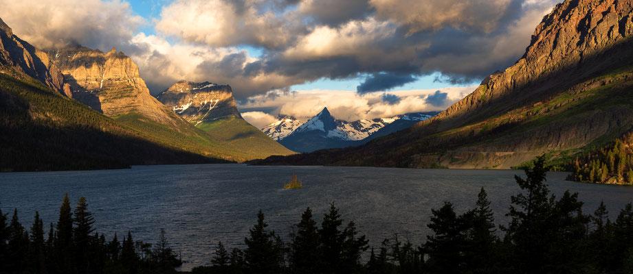 Kurz nach Sonnenaufgang leuchteten die Berge entlang des St. Mary Lakes - Glacier NP, Montana