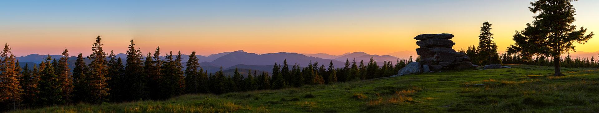Ein Sonnenunterganspanorama des Teufelsteins - Fischbach, Steiermark