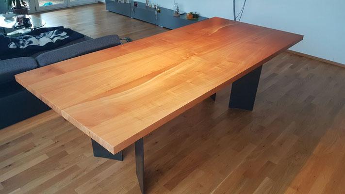 Edles Designmöbel aus dem Toggenburg. Kirschbaumtisch mit Holz aus Oberhelfenschwil.