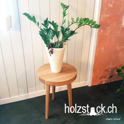 Trendiger Hocker von holzstock.ch in Eiche massiv. Wird auf Kundenwunsch in deinem Lieblingsholz gefertigt.