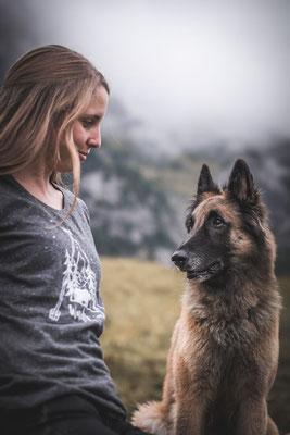 nachhaltige TShirt Kollektion aus Bio Baumwolle von Wanderrute Adventurestore Schäferhund und Halterin auf einer Bergwiese fotografiert von der Ostschweizer Fotografin Monkeyjolie