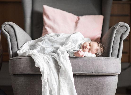 Newborn Fotografie schläft auf einem Sessel festgehalten von der Familien Fotografin Monkeyjolie